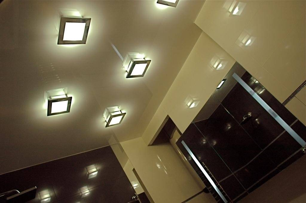 Освещение натяжного потолка в зале (61 фото): как расположить светильники для подсветки в гостиной без люстры? особенности точечного освещения, варианты расположения светодиодных лампочек