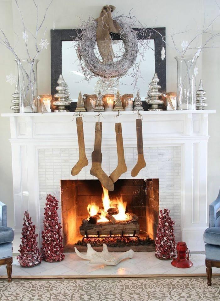 Как украсить камин? 39 фото как украсить конструкцию к новому году своими руками, чем декорировать каминную полку к весне, украшаем стену над камином