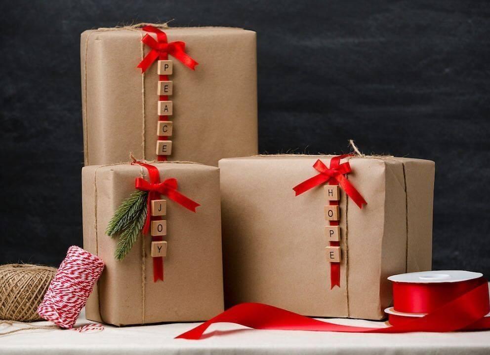 ᐉ запаковать подарок в подарочную бумагу собственными руками. листовая глянцевая бумага. необходимые материалы, чтобы правильно упаковать квадратный подарок в бумагу своими руками ✅ igrad.su