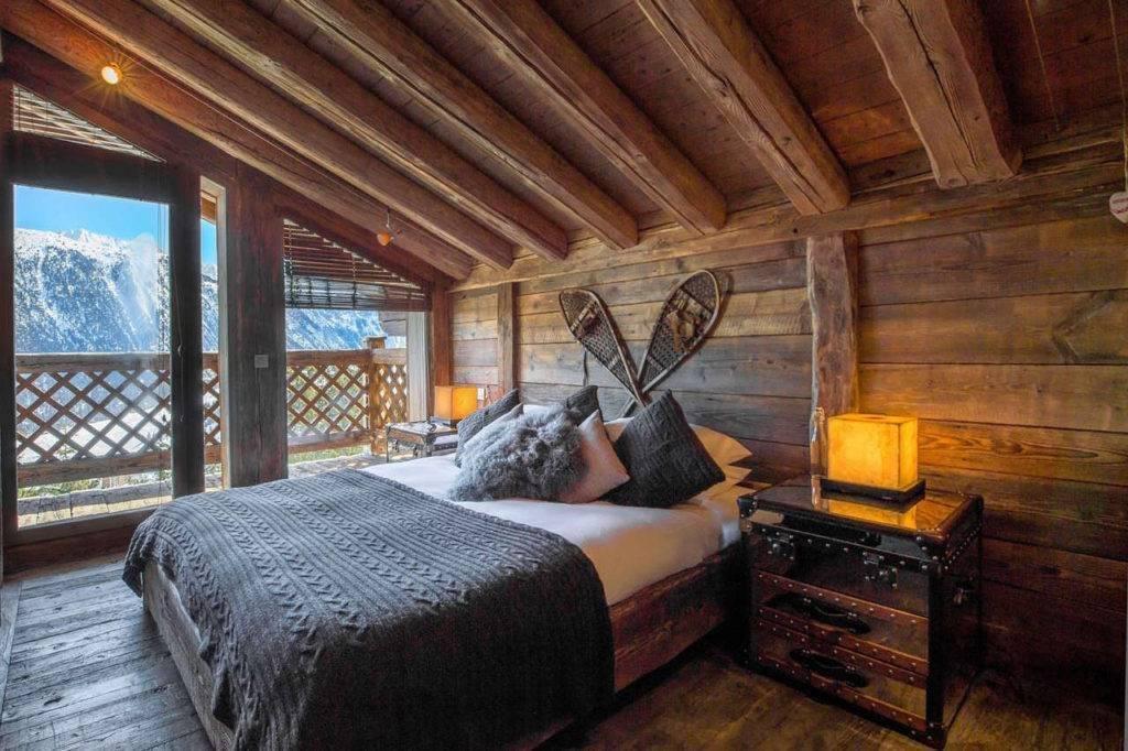 Спальня с двумя окнами на разных стенах: дизайн - 26 фото