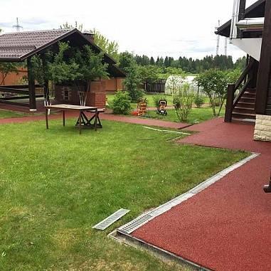 Выбираем качественные резиновые дорожки для двора на даче