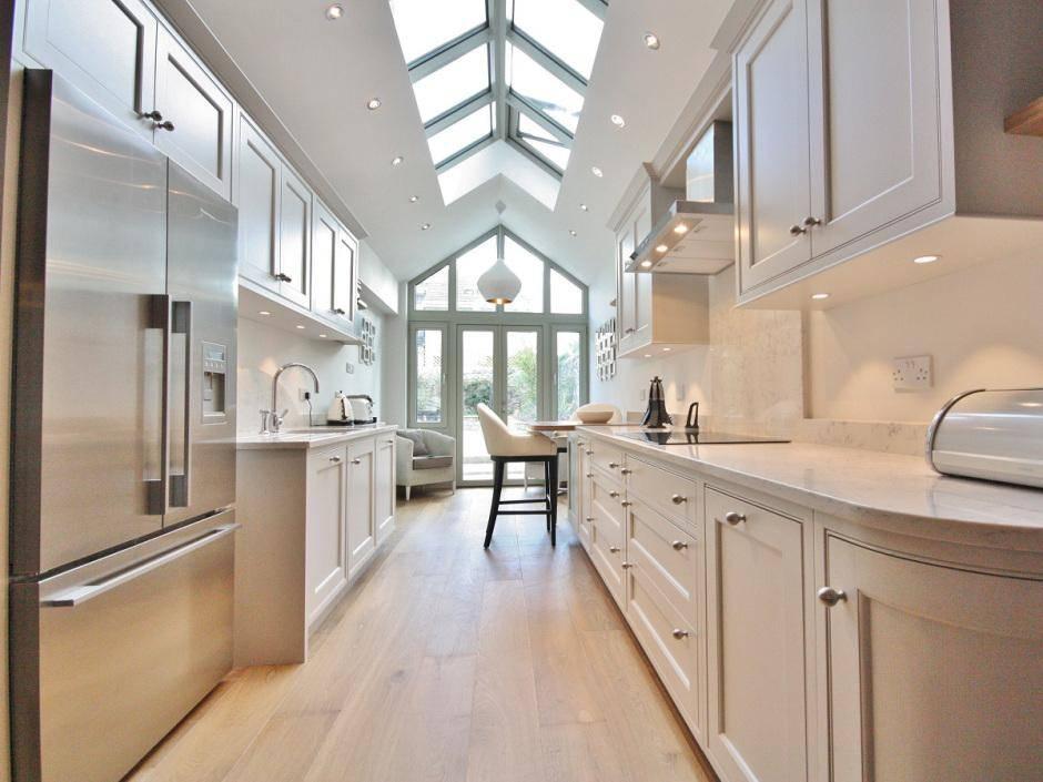 Секреты дизайна узкой кухни: варианты планировки, выбор цвета, освещения и мебели