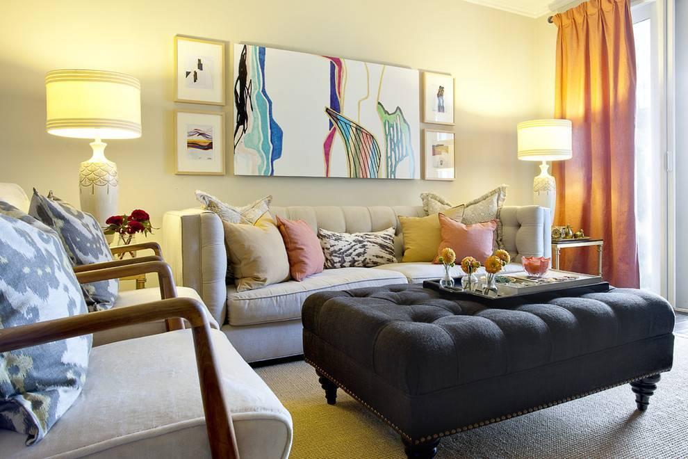 Картины в интерьере гостиной в современном стиле: в рамке на стене, над диваном, три картины в одном стиле  - 35 фото