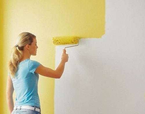 Покраска обоев (95 фото): как красить своими руками флизелиновые обои, как перекрасить жидкие и обычные обои валиком на стене