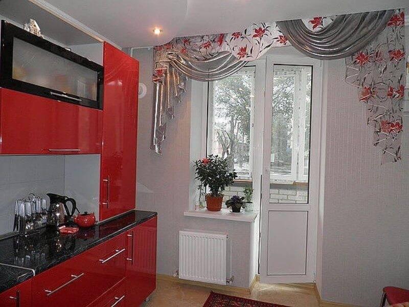 Шторы на кухню с балконной дверью (100 фото): тюль на окно в гостиную, спальню и для комнаты зала