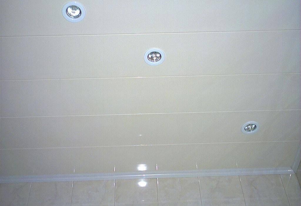 Потолок в ванной из пластиковых панелей: пластик пвх в ванной комнате на потолке, установка, монтаж