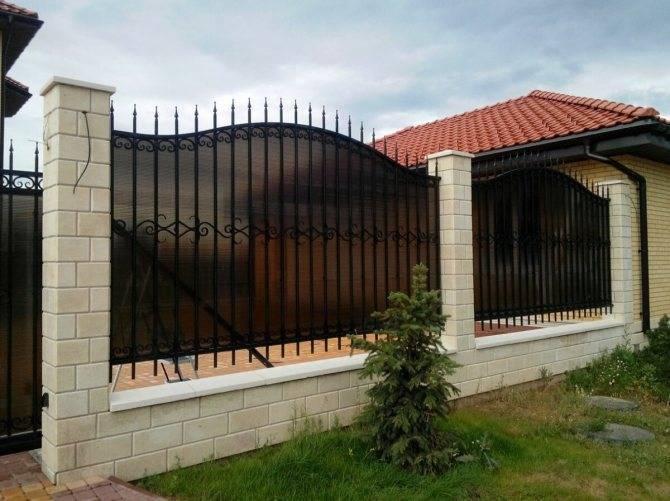 Забор из поликарбоната (47 фото): универсальные ворота на металлическом каркасе из сотового карбоната для частного дома