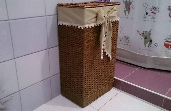 Плетеная корзина для белья в ванную комнату: угловое изделие с крышкой, коричневая модель из ротанга или бамбука с игрушкой