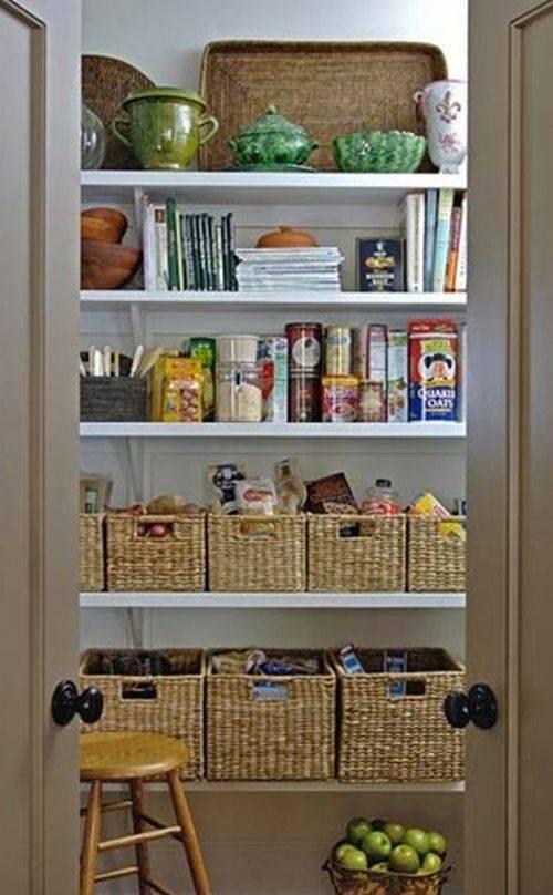Стеллажи в интерьере: гостиной, прихожей, спальни, кухни, ванной и детской комнаты