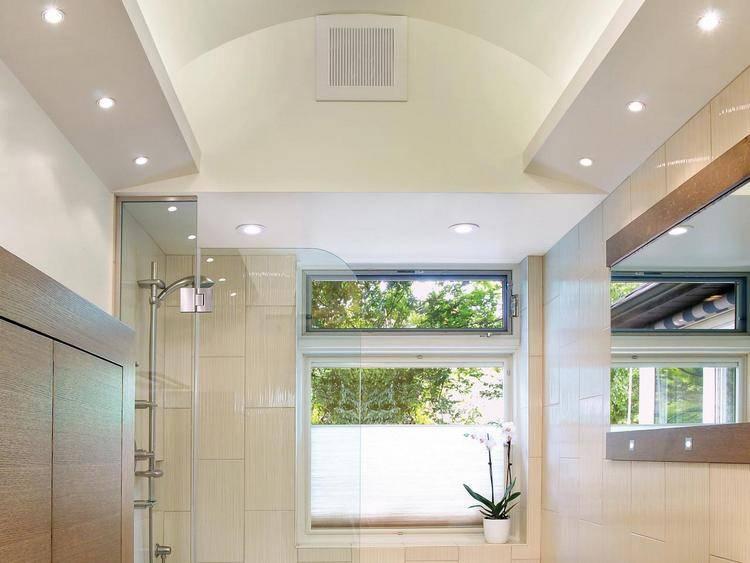 Освещение в ванной комнате с натяжным потолком (50 фото): как расположить светодиодные точечные светильники и люстры?