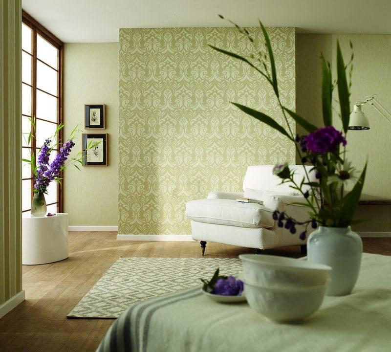 Особенности сочетания настенных покрытий разного типа: несколько ярких методик и фото комбинированных обоев в гостиную