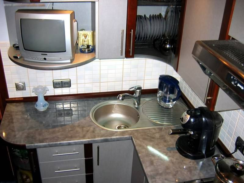 Телевизор на кухне: варианты размещения, фото, какой выбрать и куда повесить