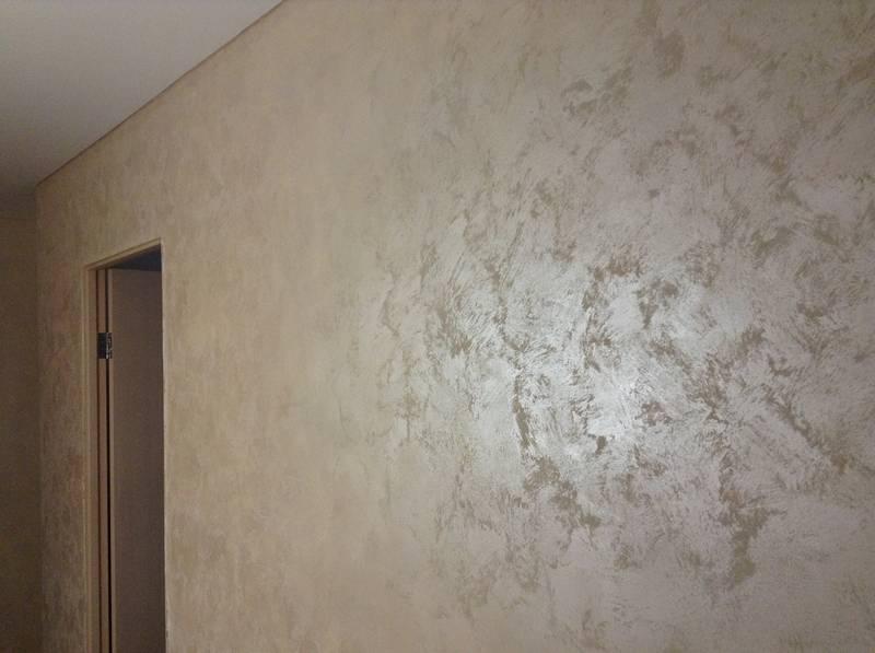 Самостоятельно красим стены декоративной краской: излагаем суть