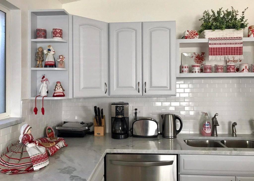 Угловая кухня с холодильником (37 фото): варианты дизайна маленьких кухонь с холодильником в углу по диагонали. малогабаритные кухни с холодильником у двери