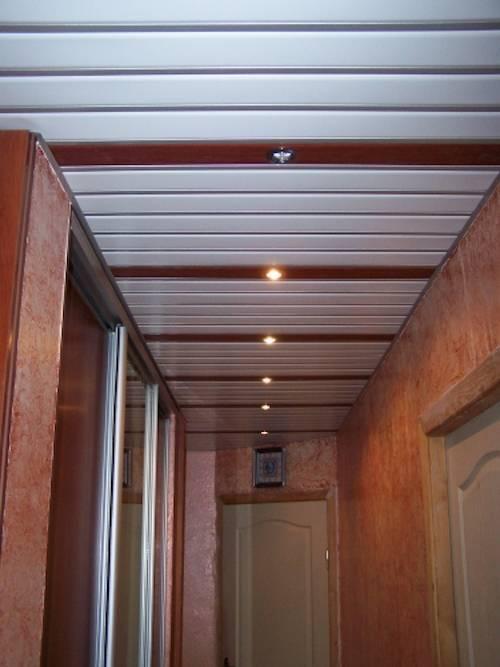 Потолочные панели пвх (42 фото): дизайн пластиковых потолков в коридоре