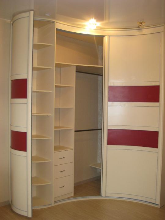 Дизайн и расположение шкафа-купе в гостиной