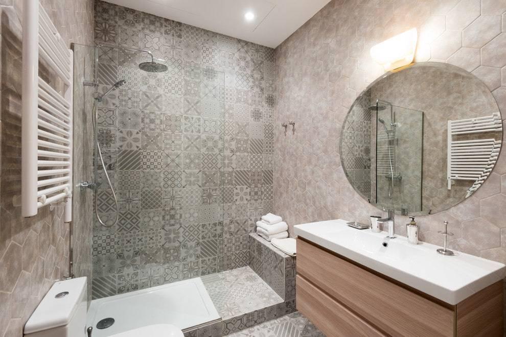 Плитка для маленькой ванной комнаты (90 фото): дизайн ванной комнаты с плиткой. варианты отделки плиткой большого размера малогабаритной ванны