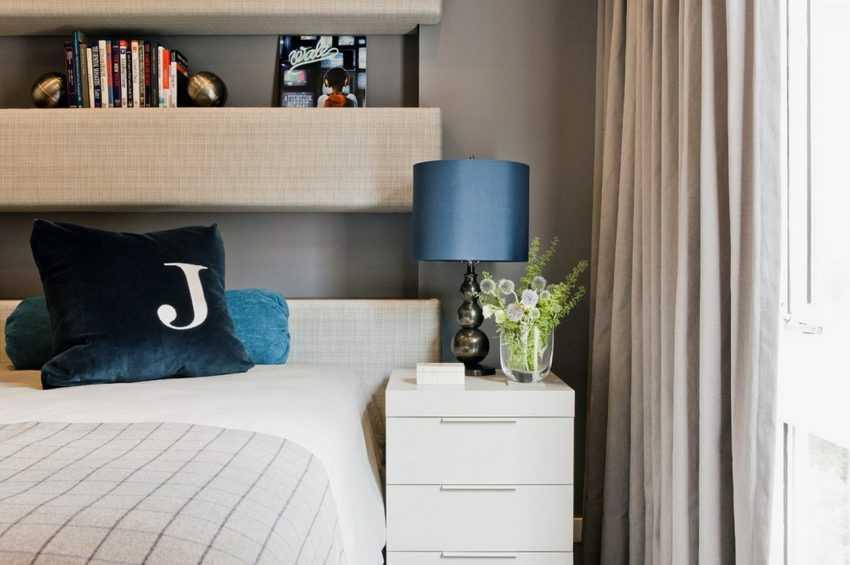 Оформление настенных полок над кроватью в спальне