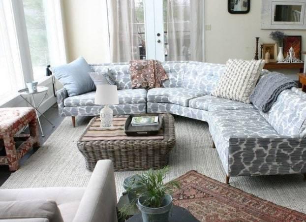 Угловой диван в интерьере маленькой гостиной - фото популярных моделей