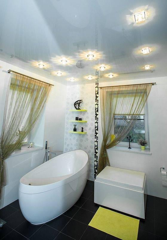 Потолок в маленькой ванной комнате - варианты отделки, фото