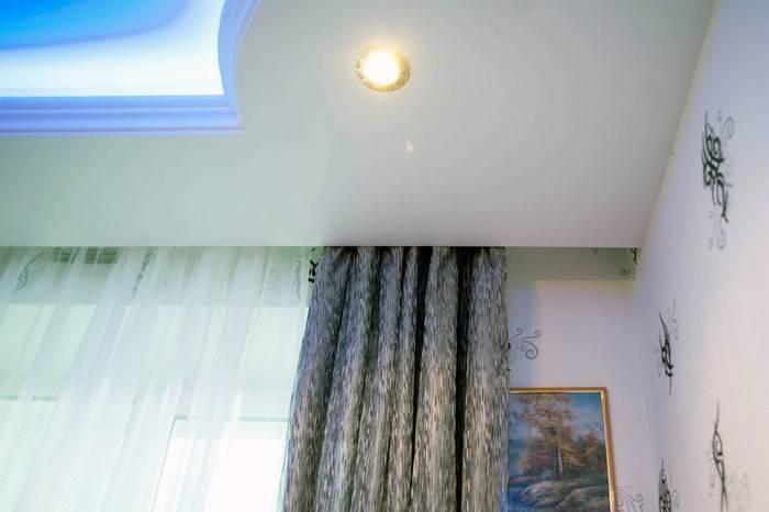 Как сделать скрытый карниз в натяжном потолке: варианты крепления и ниш
