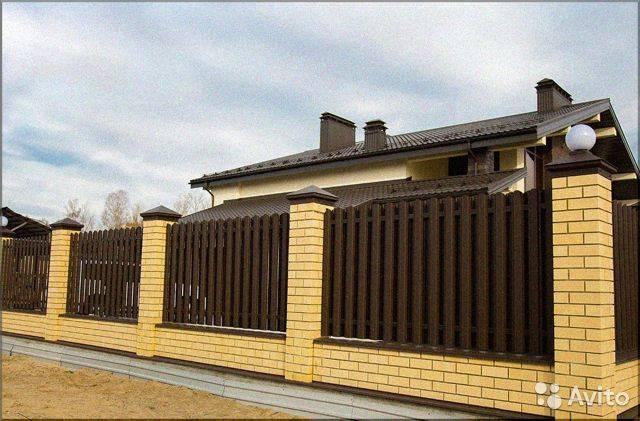 Как сделать забор из профнастила на даче?