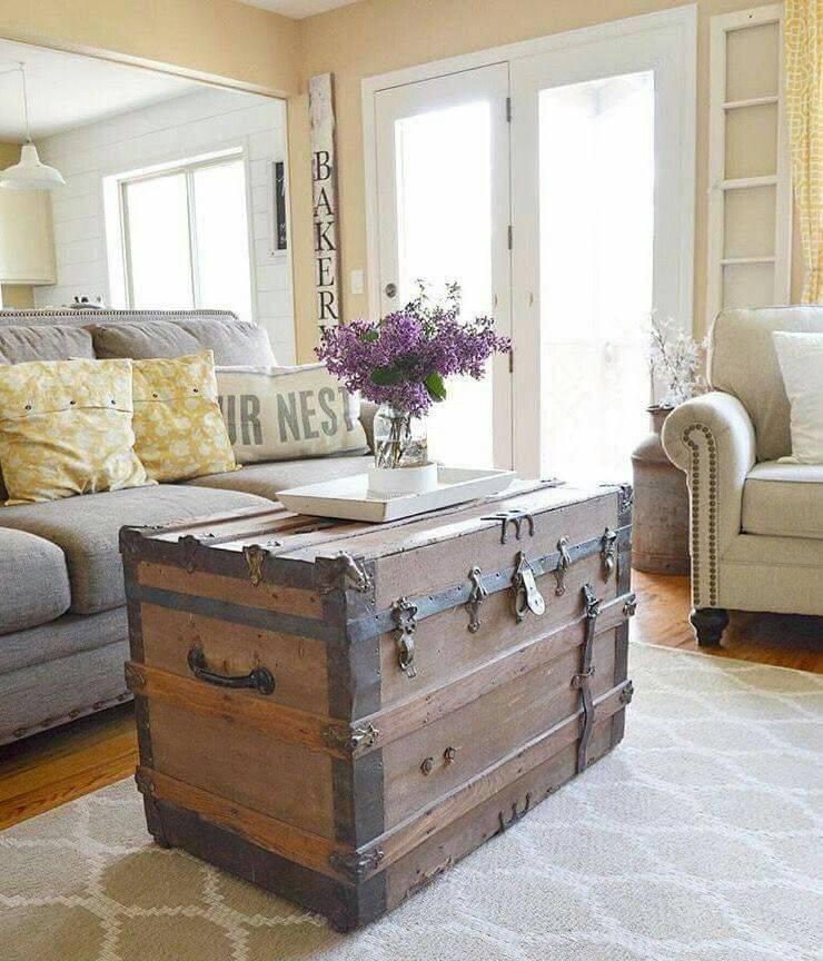 Декор: чемоданы, винтажные саквояжи, сундуки в интерьере — 40 фото