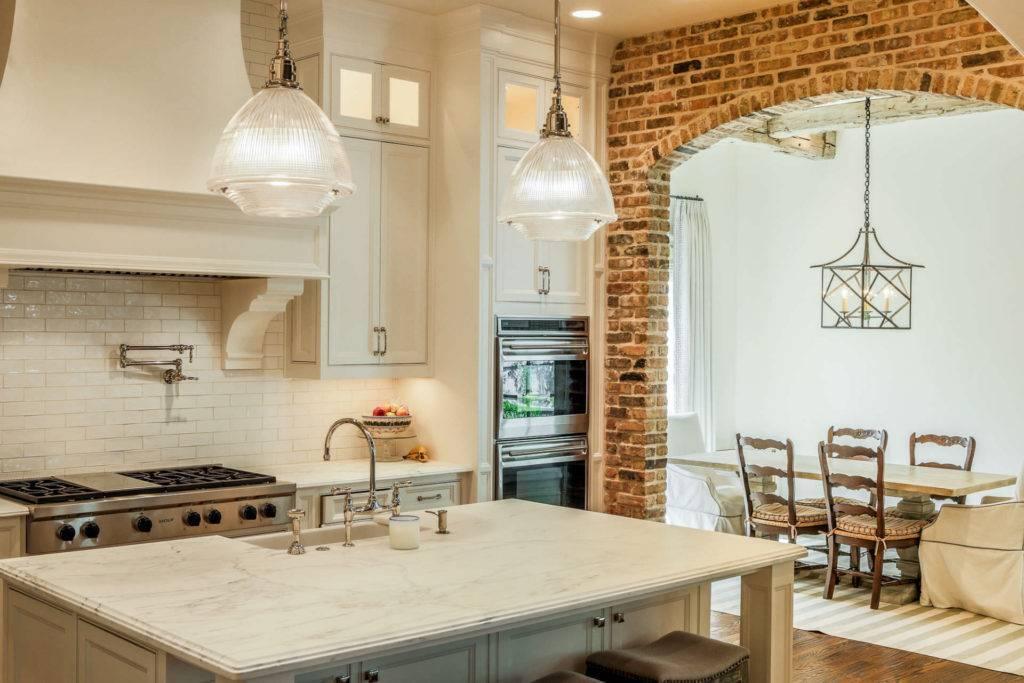 Кухня под кирпич: оформление стены, 5 плюсов и 2 минуса, фото в интерьере