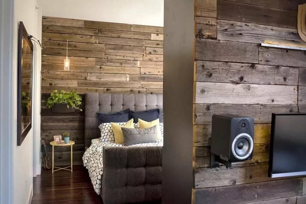 Доска в интерьере гостиной: деревянная, старая, амбарная, необрезная, половая, светлая, паркетная, графитная, видео-инструкция по отделке стен своими руками, фото и цена