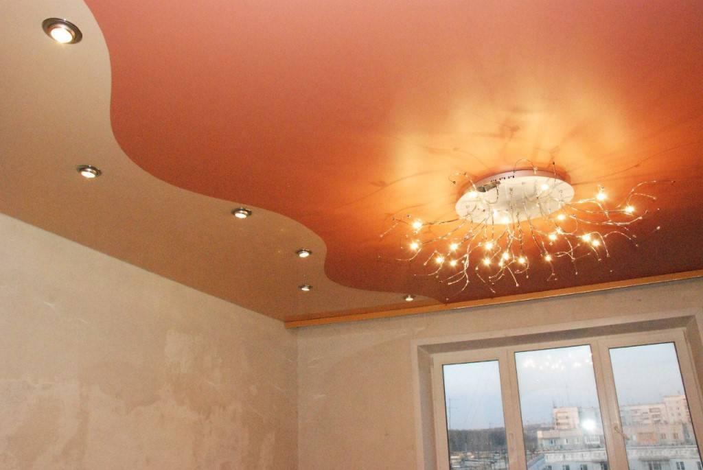 Двухцветные натяжные потолки (43 фото): одноуровневые конструкции, варианты спайки двух цветов на глянцевой поверхности