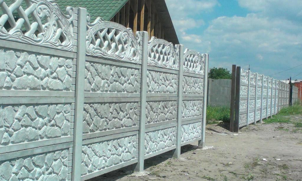 Секционный бетонный забор: особенности конструкции