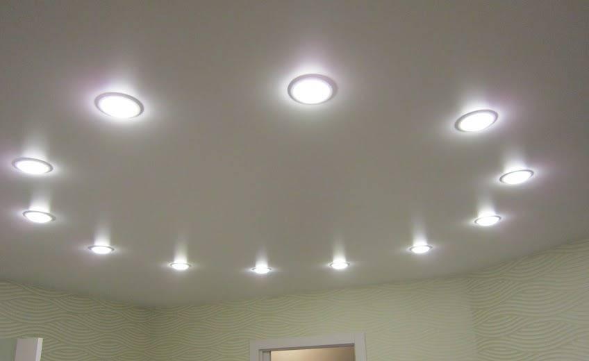 Натяжной потолок в ванной (36 фото) - можно ли делать, плюсы и минусы, освещение, примеры в интерьере