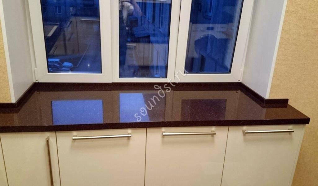 Стол-подоконник на кухне: фото реальны интерьеров
