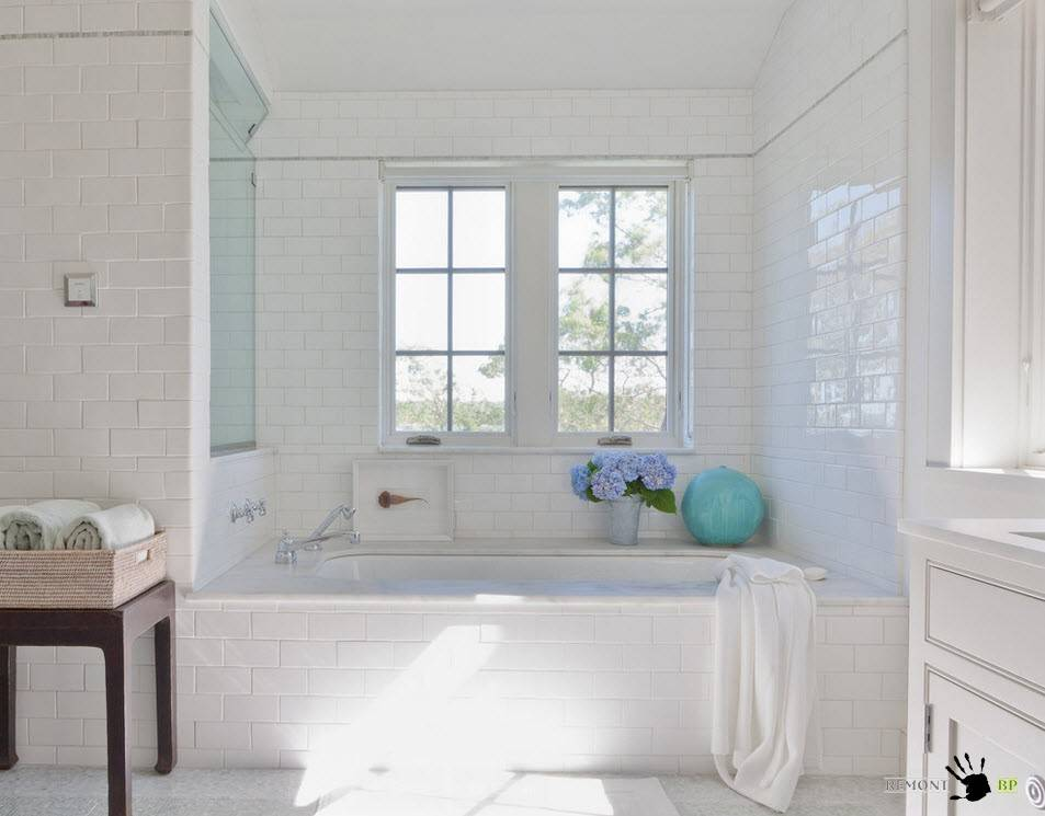 Белая плитка в ванной: особенности использования и комбинации с другими тонами