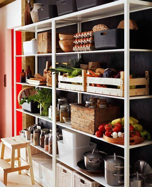 Стеллажи в гостиную (45 фото): стеллажи в современном стиле под телевизор и для посуды, стильные угловые стеллажи и другие варианты в интерьере