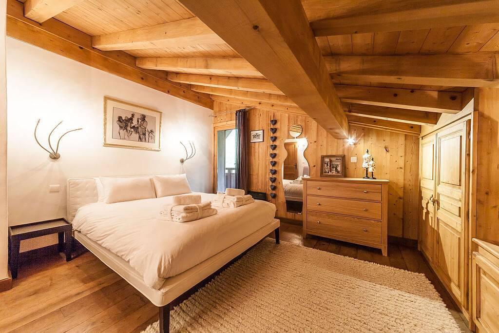 Уютные и экологичные интерьеры спален в стиле шале: 88 фото-примеров практичного оформления
