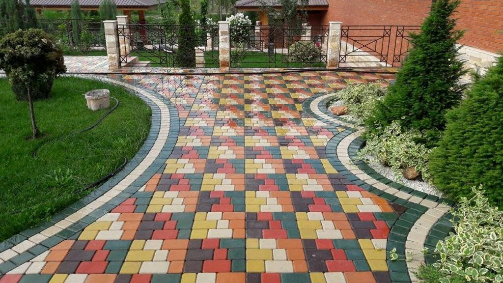 Рисунки укладки тротуарной плитки и брусчатки (57 фото): как выложить «елочкой», узоры раскладки двумя цветами и из трех цветов во дворе частного дома
