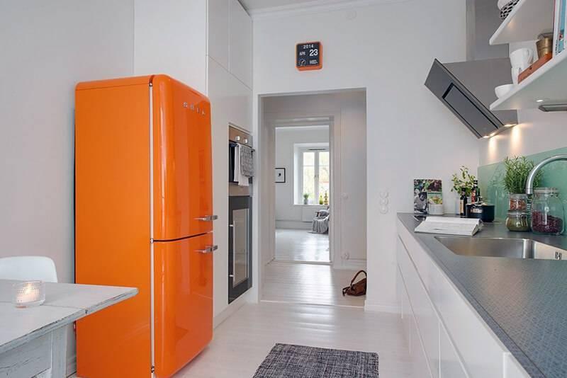 15 роскошных интерьеров кухни с чёрным холодильником