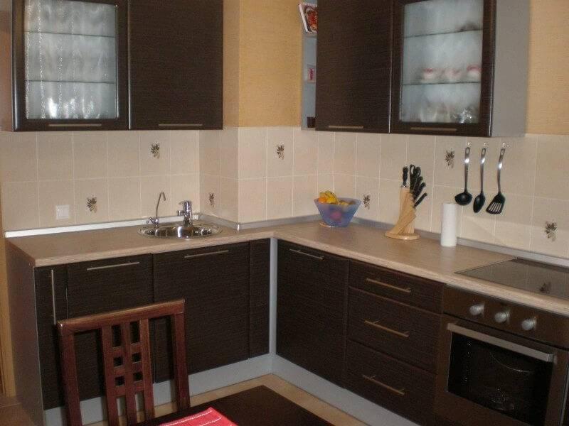 Кухня с вентиляционным коробом: маскировка и декорирование