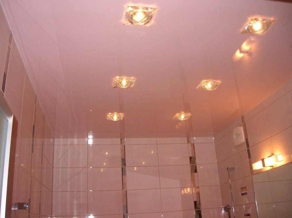 Светильники для ванной: как выбрать потолочные точечные на 220 v, бра на стену или дизайнерские для душевых помещений, на пластиковый или натяжной потолок