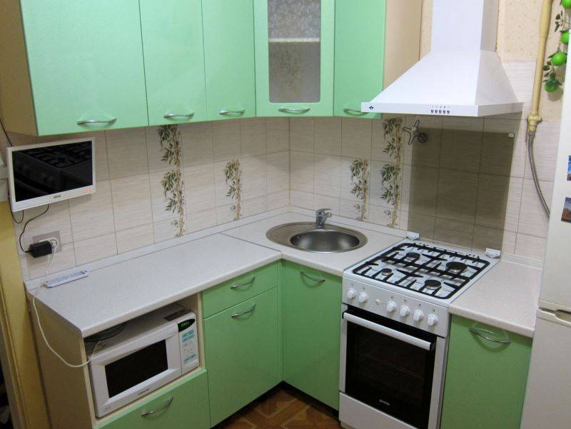 Угловые кухни с мойкой в углу: фото моделей из разных материалов и различной компоновки, советы по выбору