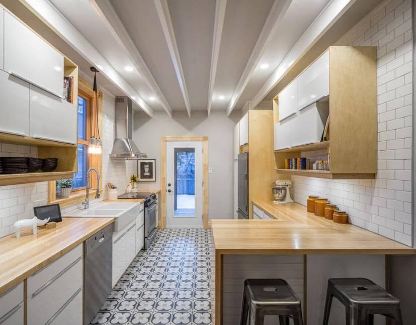 Идеи дизайна узкой кухни с окном в конце