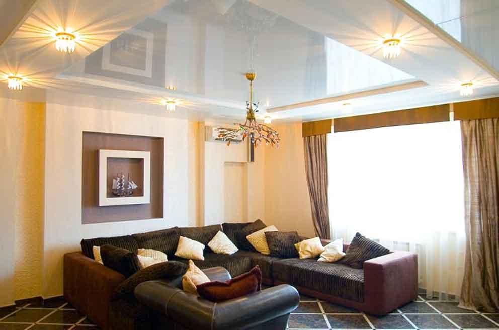 Особенности дизайна потолка в гостиной