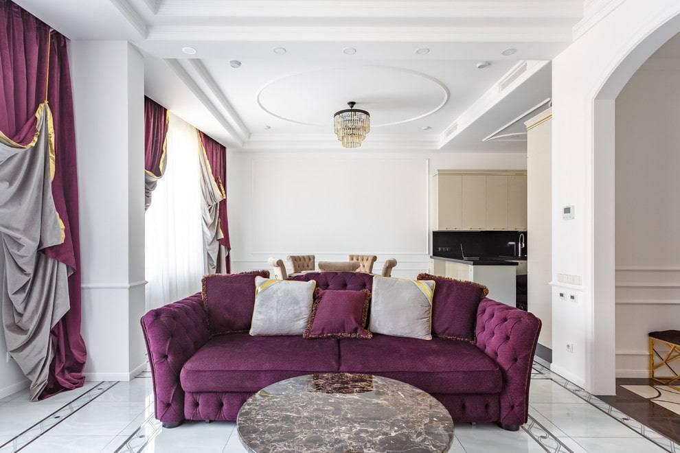 Интерьер комнат с фиолетовым диваном