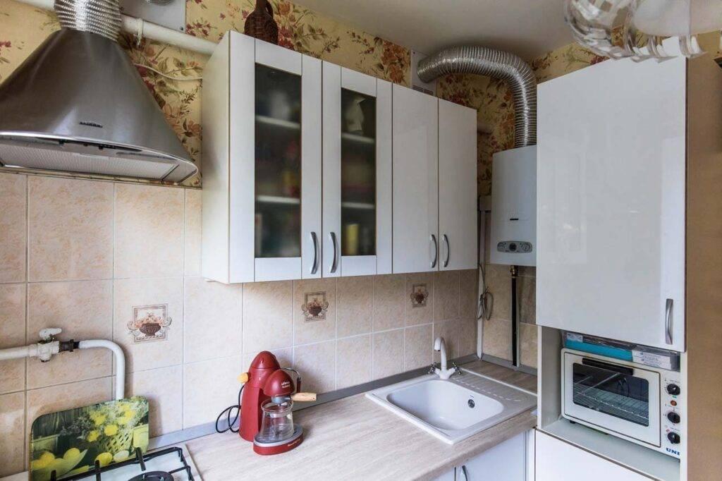Кухни в хрущевке с холодильником, газовой колонкой, гостиной, фото
