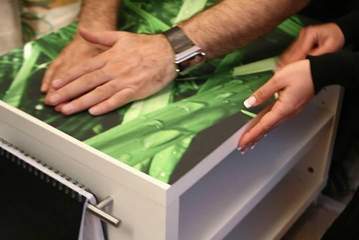 Как правильно обклеить стол самоклеющейся пленкой?
