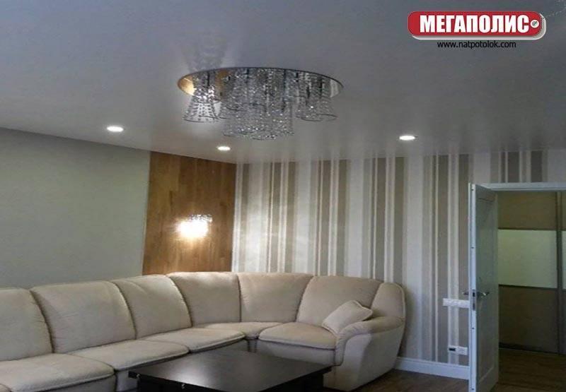 Одноуровневые натяжные потолки (42 фото): дизайн одноуровневых простых конструкций белого цвета