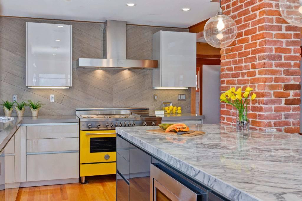 Угловая кухня: выбор стиля, оформление угла, фото примеры
