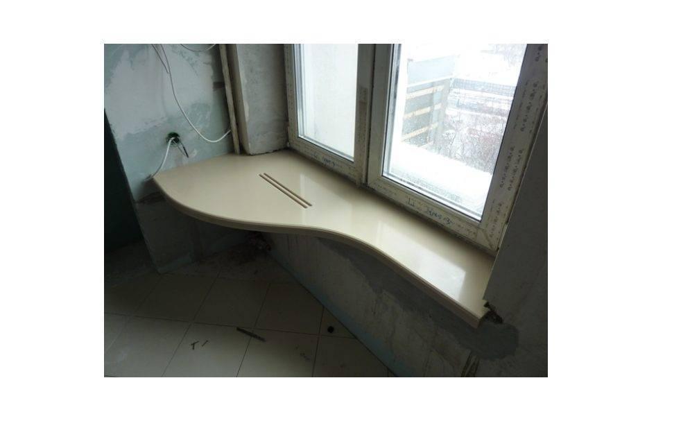 Столешница вдоль окна в комнате