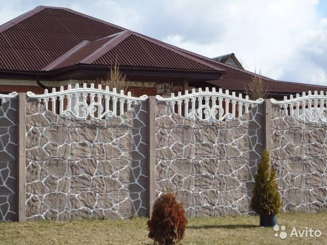 Декоративный бетонный забор (48 фото): секционное ограждение из железобетонных панелей, особенности заборов из бетона и жби